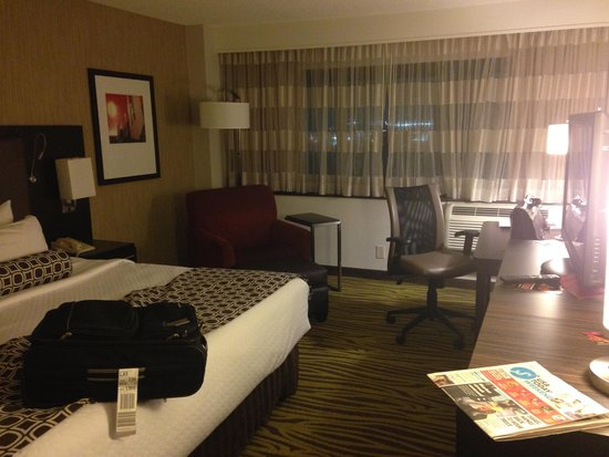Crowne Plaza Los Angeles International Airport Hotel: Interior guest room