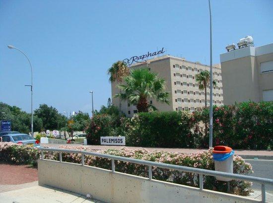 St Raphael Resort : Вид на отель с улицы