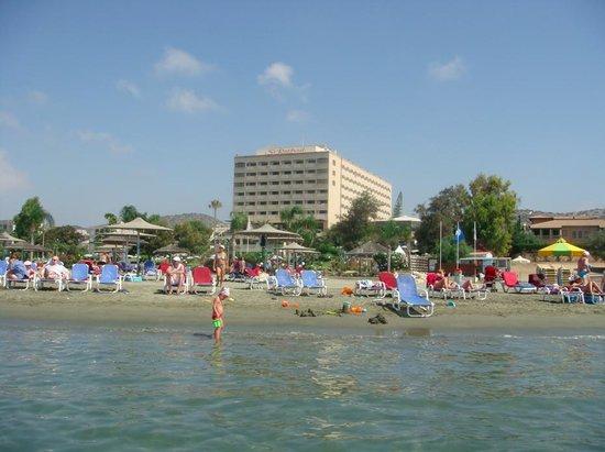 St Raphael Resort: Вид на пляж и отель с моря