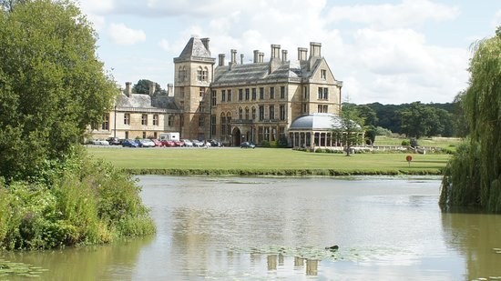 Mercure Warwickshire Walton Hall Hotel & Spa: Hotel from Lake