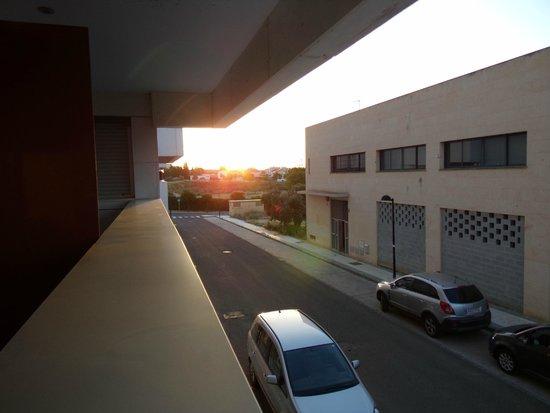 Apartamentos ATH Domocenter: Vista de nuestra habitación a la calle y al auto