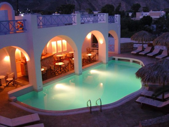Meltemi Luxury Suites: The pool in the evening