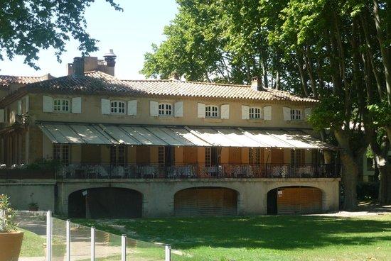 Moulin de Vernegues Chateaux Hotels Les collectionneurs: old building with dining terrace