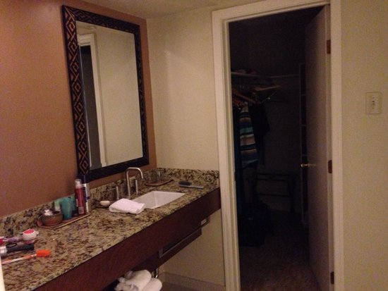 The Wigwam : Dressing area of bathroom with walk in closet in suite
