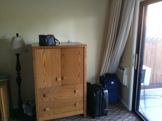 Wyndham Garden Ventura Pierpont Inn: Air Conditioning behind drapes block air