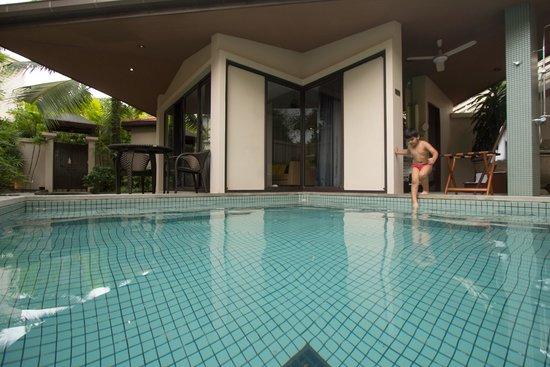 Dewa Phuket Resort Nai Yang Beach : Enjoying pool