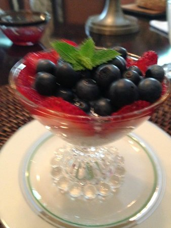 Bellamy Manor & Gardens Bed and Breakfast: Yummy breakfast!