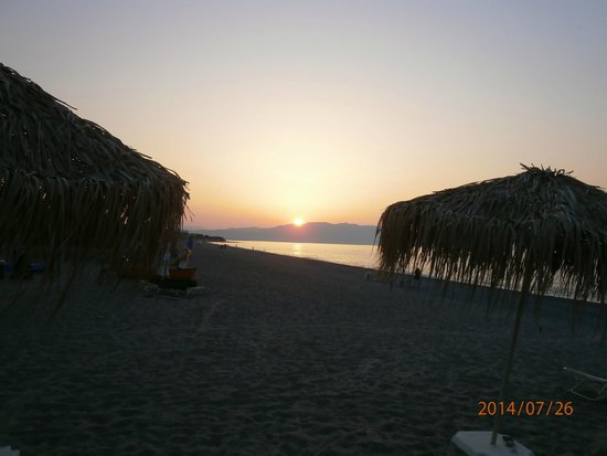Family Life Creta Paradise by Atlantica: Beach bar at sunset