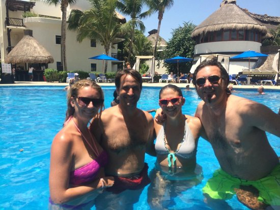 The Reef Playacar: The pool bar with friends