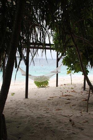 Lankayan Island Dive Resort: Strand von Bungalow Terasse