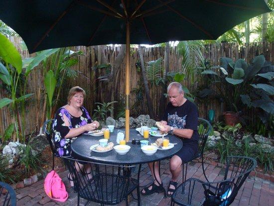 Old Town Manor: Breakfast in the garden