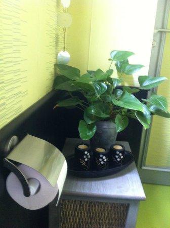 La Vieille Tour : les wc :une ballade dans la verdure ....