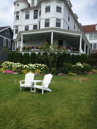 Island House Hotel: The wonderful front yard with the adirondack chairs.