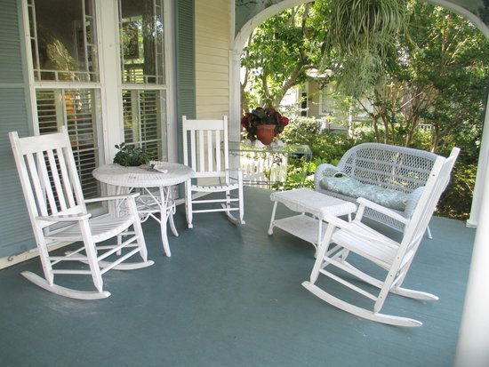 Camellia Cottage Bed & Breakfast: The relaxing front porch.