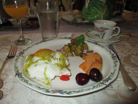 Camellia Cottage Bed & Breakfast: Time for breakfast...first day.