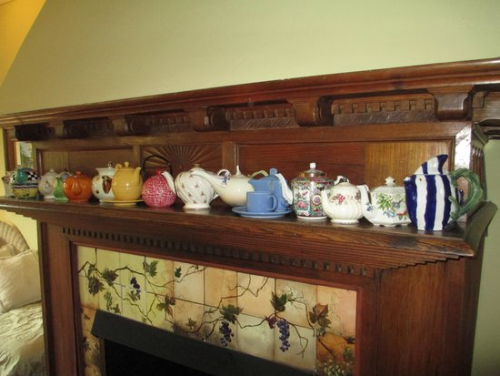 Camellia Cottage Bed & Breakfast: Paula and Steve's teapot collection.