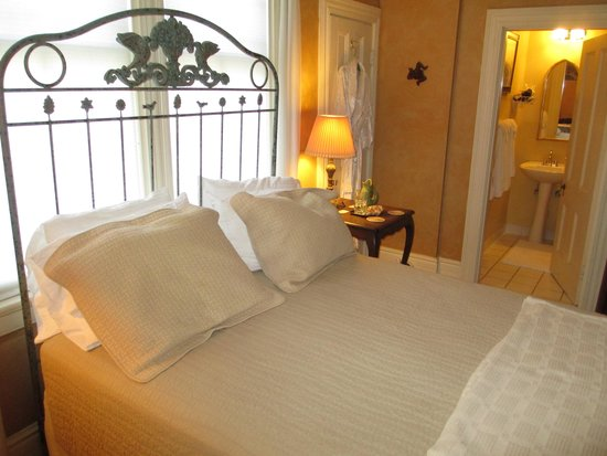 Camellia Cottage Bed & Breakfast: The Tuscany Room