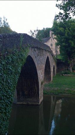 Chateau Belcastel : The bridge with cross