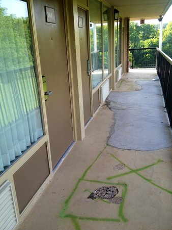 Rodeway Inn & Suites - New Hope : Pitted walkway outside our room