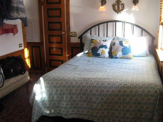 Covington Inn: Our bedroom on the tugboat.