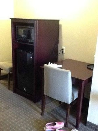 Holiday Inn Express & Suites Seattle North - Lynnwood: microwave and fridge
