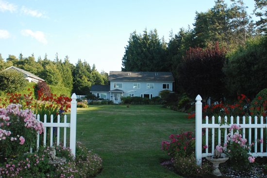 Sea Cliff Gardens Bed & Breakfast: Back View of Bed & Breakfast