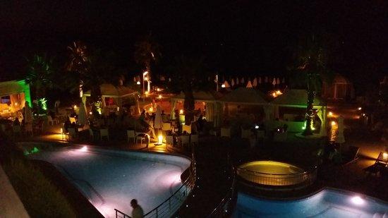 Elinotel Apolamare: pool view at night