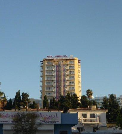 Hotel Monarque Torreblanca: the hotel from the main street