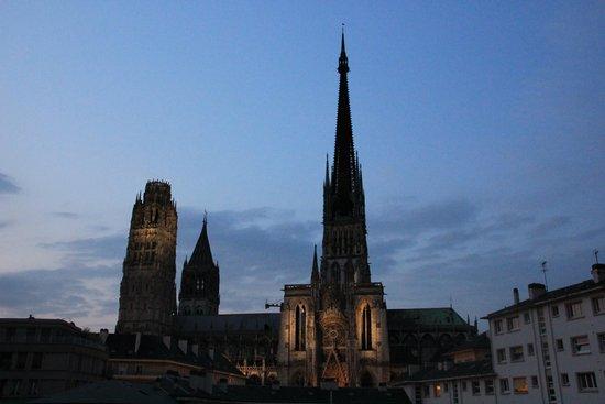 Comfort Hotel Rouen Alba: Vista della cattedrale di Rouen dalla finestra della stanza