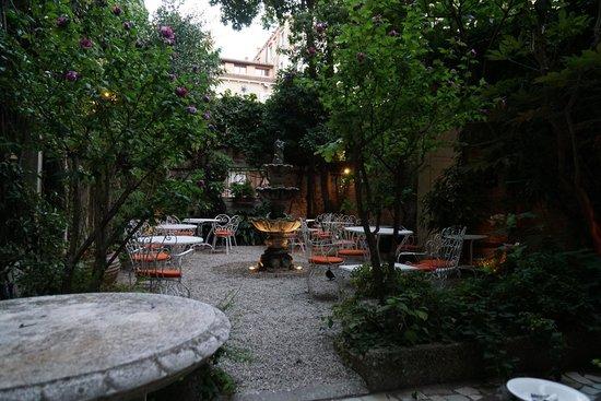 Hotel Flora : Courtyard