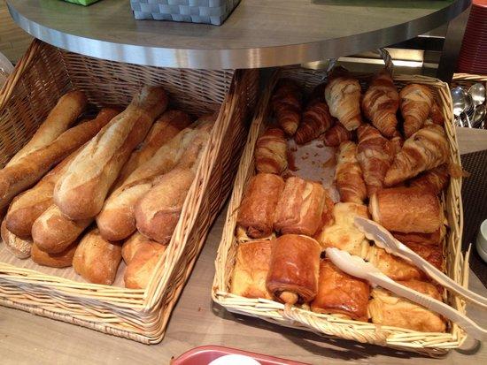 Kyriad Chartres : Le buffet du petit-déjeuner.