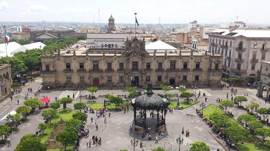One Guadalajara Centro Historico: Vista del palacio de gobierno y plaza de armas desde la terraza