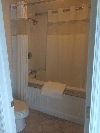 Kenny's Tipperary Inn: Nice bathrooms