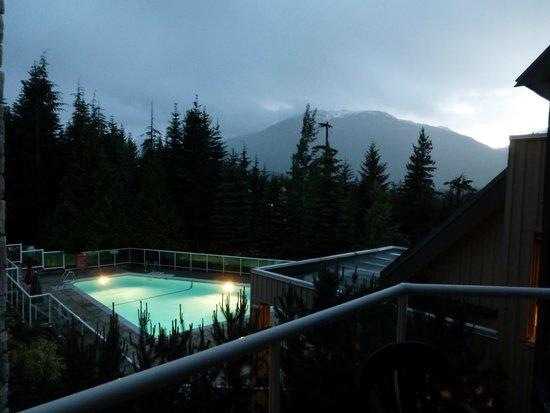 Wildwood Lodge On Blackcomb: Blackcomb Mountain in the early morning - pool area