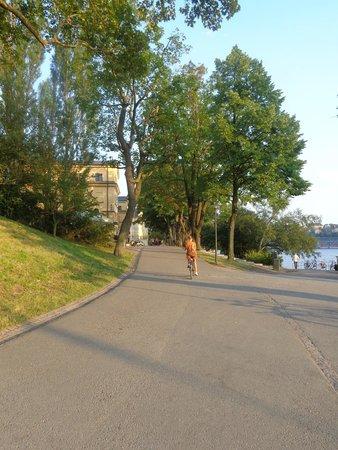 STF af Chapman & Skeppsholmen Hostel: estrada para o hotel (ao fundo)