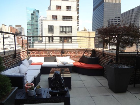 Renaissance New York Hotel 57 : lounge on rooftop terrace