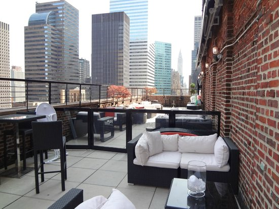 Renaissance New York Hotel 57: lounge on rooftop terrace
