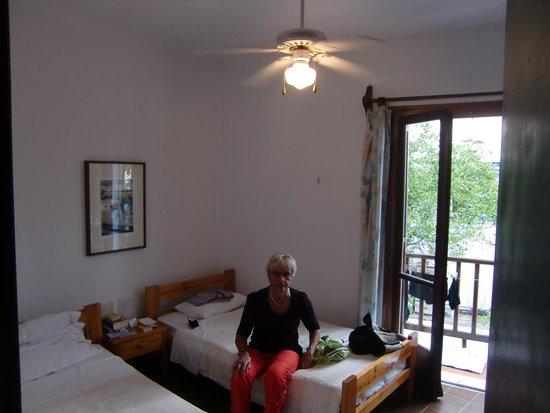 Pension Avra: Schlafzimmer mit Balkon