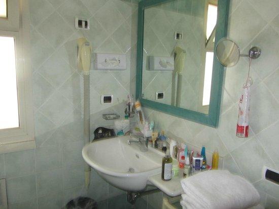 Atahotel Naxos Beach : в ванной комнате еще есть душевая кабина и биде