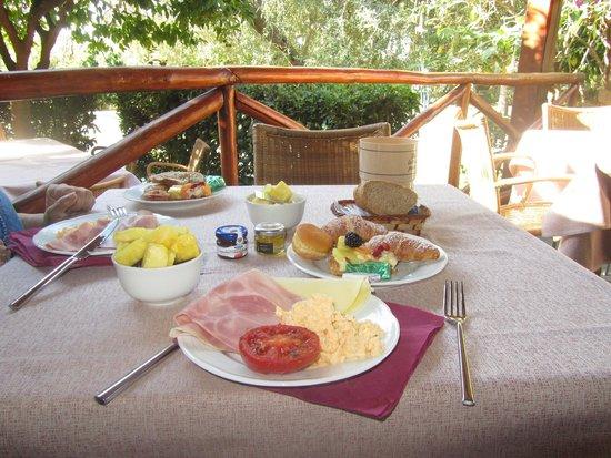 Atahotel Naxos Beach : завтрак на открытой веранде