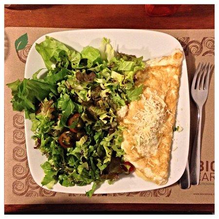 Bio Carioca: Omelete com pimenta biquinho e alho poro (leek and local bell pepper)