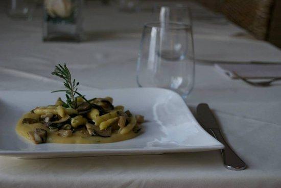 Al Soppalco: cavatelli con funghi cardoncelli su crema di patate e rosmarino