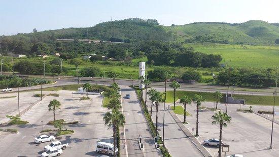 Fiesta Inn Tepic: Estacionamiento y plaza