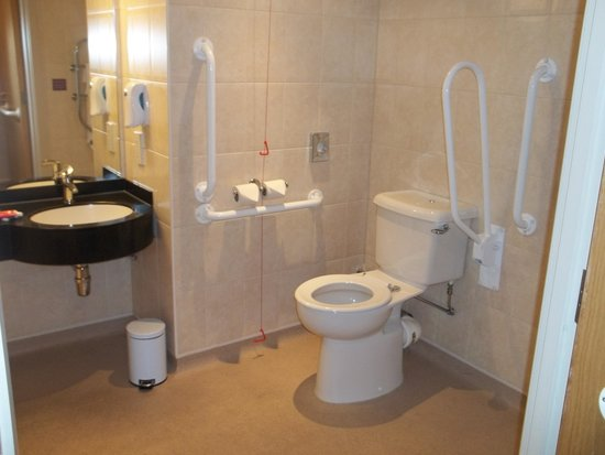 Premier Inn Dublin Airport Hotel: accessible bathroom