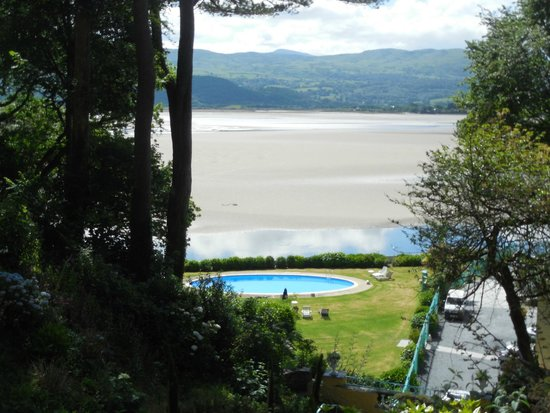 Hotel Portmeirion: View of the hotel swimming pool.