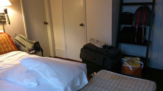 Grant Plaza Hotel: Kamer voor 3 personen. Bed staat direct naast het raam. Er past geen koffer tussen. Geen zitruim
