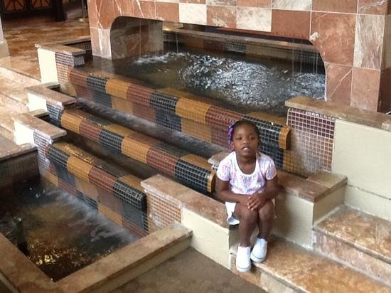 Sheraton Atlanta Airport Hotel: my daughter in lobby by fountain