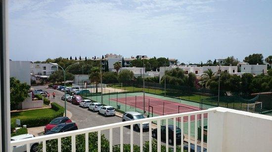 Aparthotel Ferrera Blanca: Utsikt från balkongen, Tennis bana, fotbollsplan, och strand vollybollbana
