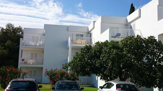 Aparthotel Ferrera Blanca: Utsikt mot rummen från gatan