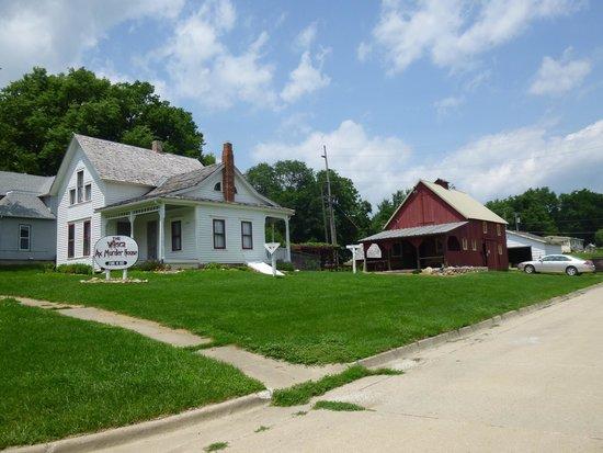 Villisca, IA: Moore House & Barn